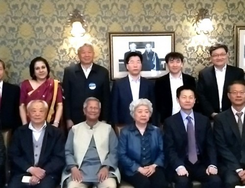 Yunus advises China to follow different development path to avoid wealth concentration in the hands of the few. (尤努斯博士建議中國遵循不同的發展路線,避免財富集中在少數人手中。)