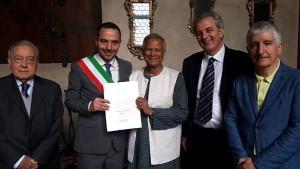 尤努斯教授獲頒皮斯托亞榮譽市民