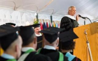 尤努斯博士出席巴布森學院畢業典禮