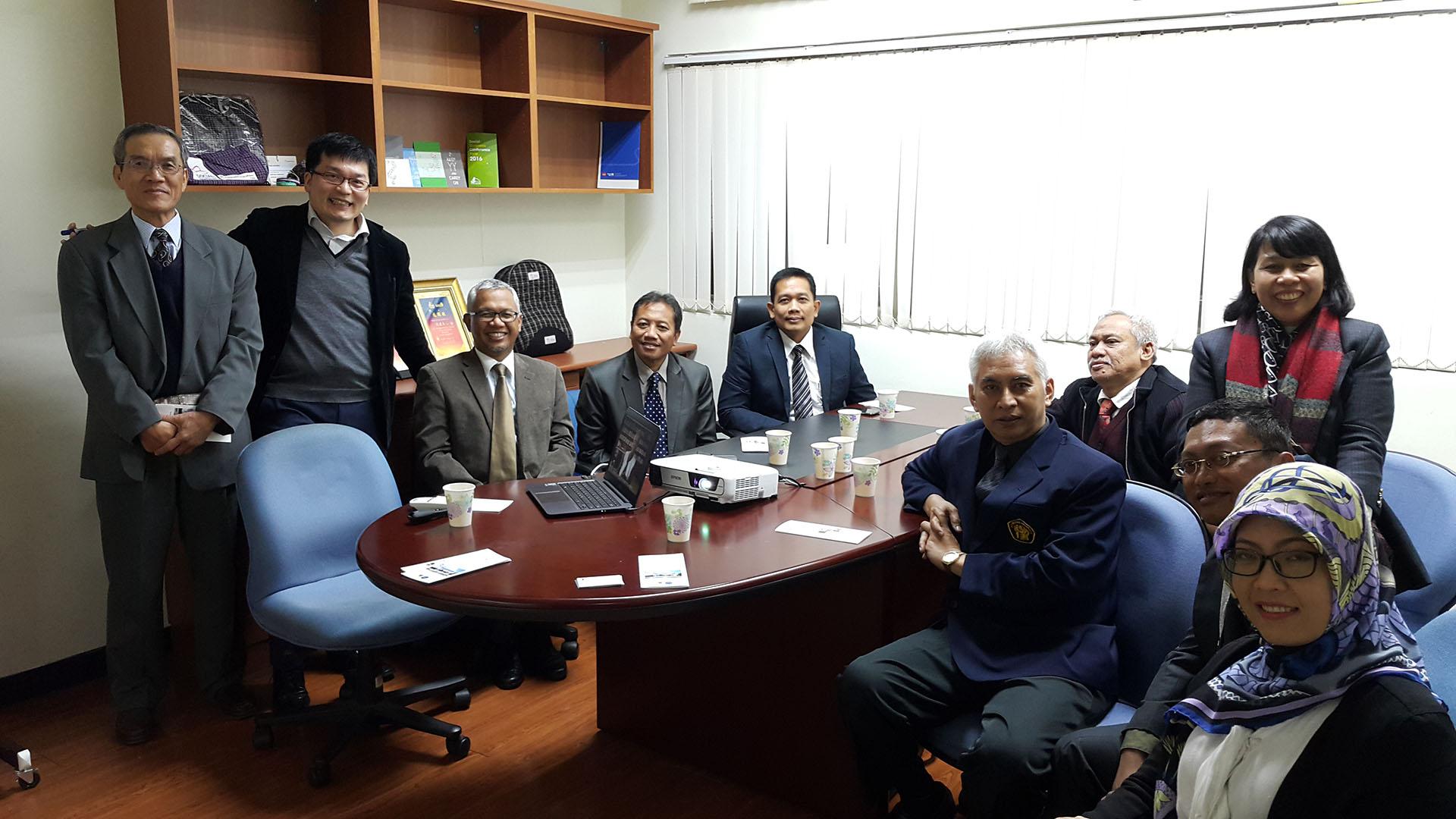 參訪後合影留念(左一:洪榮華教授、左二:沈建文主任、左三:Prof. Dr. Candra Fajri Ananda、左四Prof. Dr. Bambang Supriyono、左六: Prof. Dr. Ir. Muhammad Bisri、左七Prof. Dr. Ir. Kusmartono)