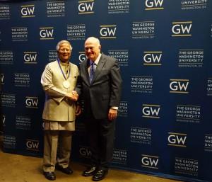 尤努斯教授獲頒喬治華盛頓大學校長獎章-1