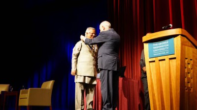 尤努斯教授獲頒喬治華盛頓大學校長獎章-2